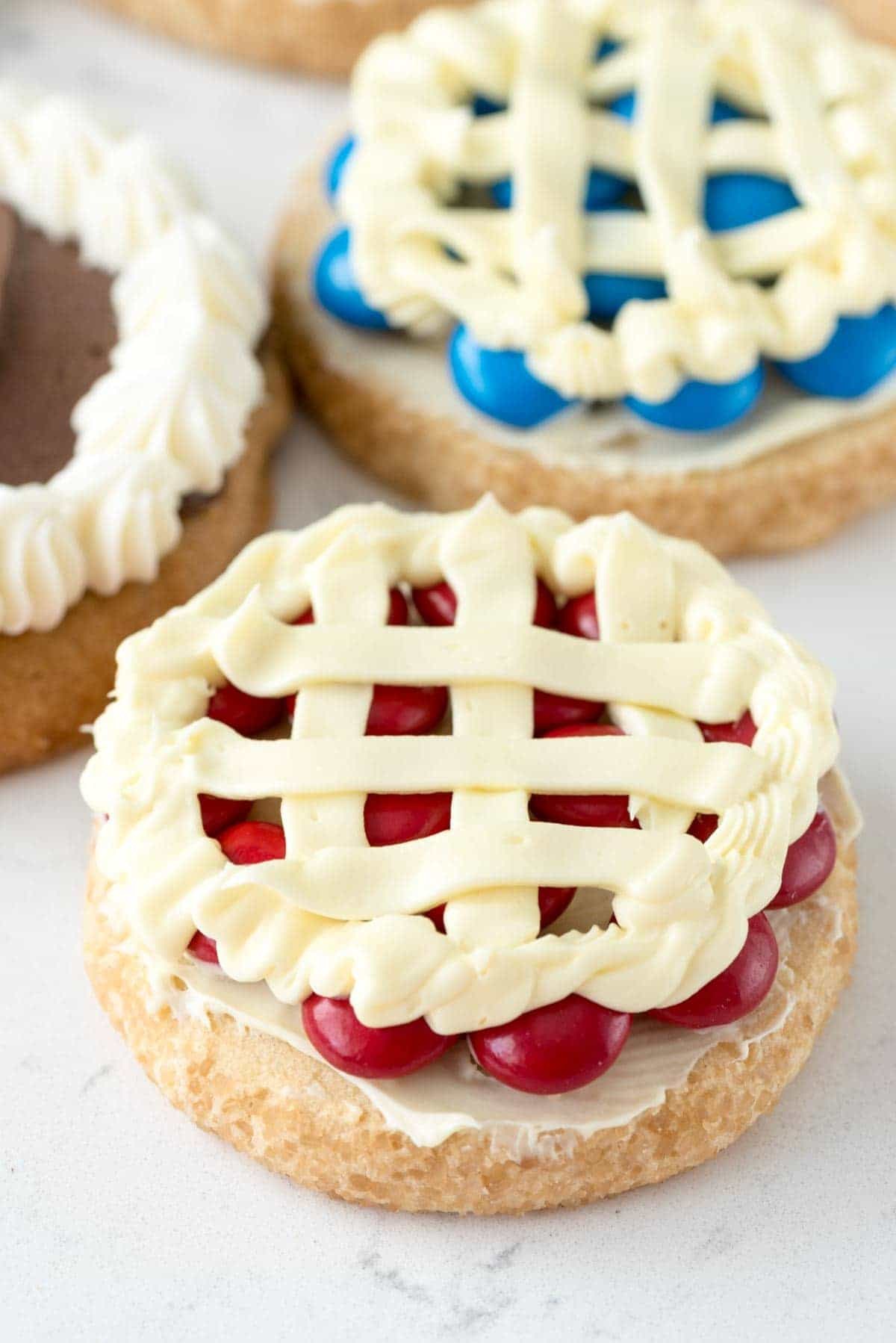 Pie Cookies - this easy and fun cookie recipe makes your favorite cookies look like pie with just a few ingredients!