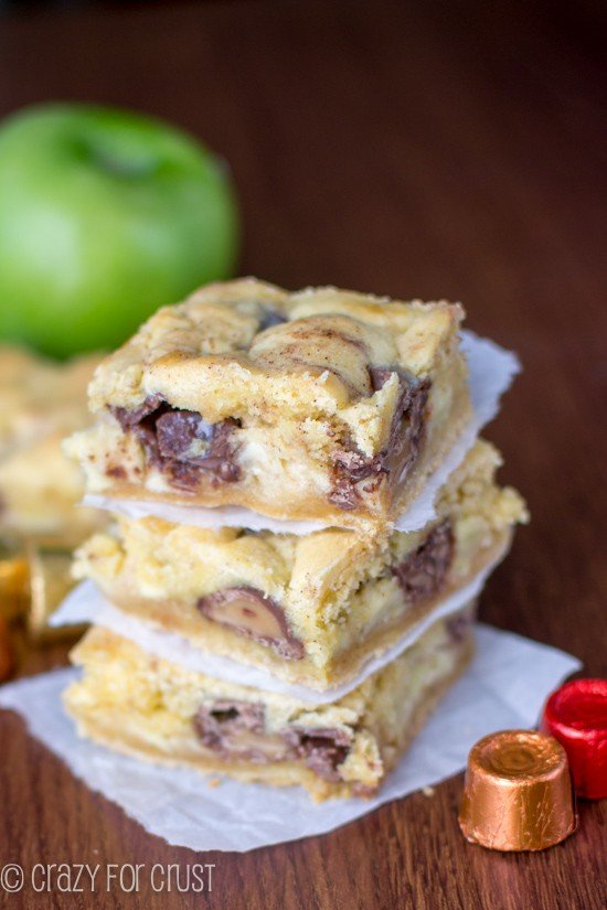 Rolos + Apples in these Caramel Apple Gooey Bars! | crazyforcrust.com
