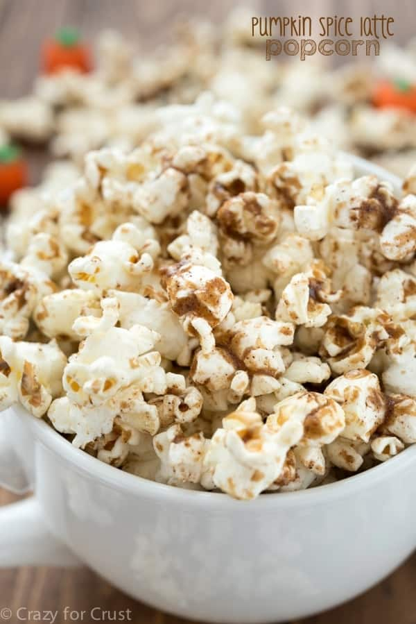 Pumpkin Spice Latte Popcorn - an easy and fast recipe that turns the pumpkin spice latte into a popcorn recipe!