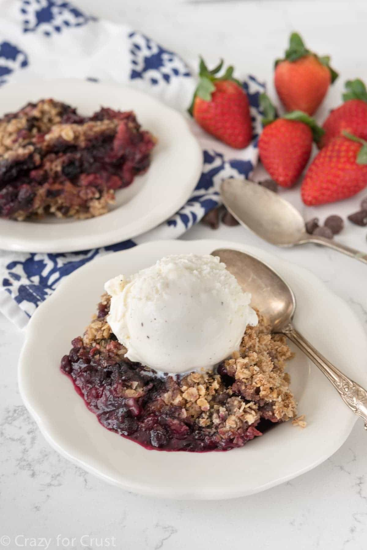 Slow Cooker Berry Crumble - this EASY recipe makes crumble in a crockpot!