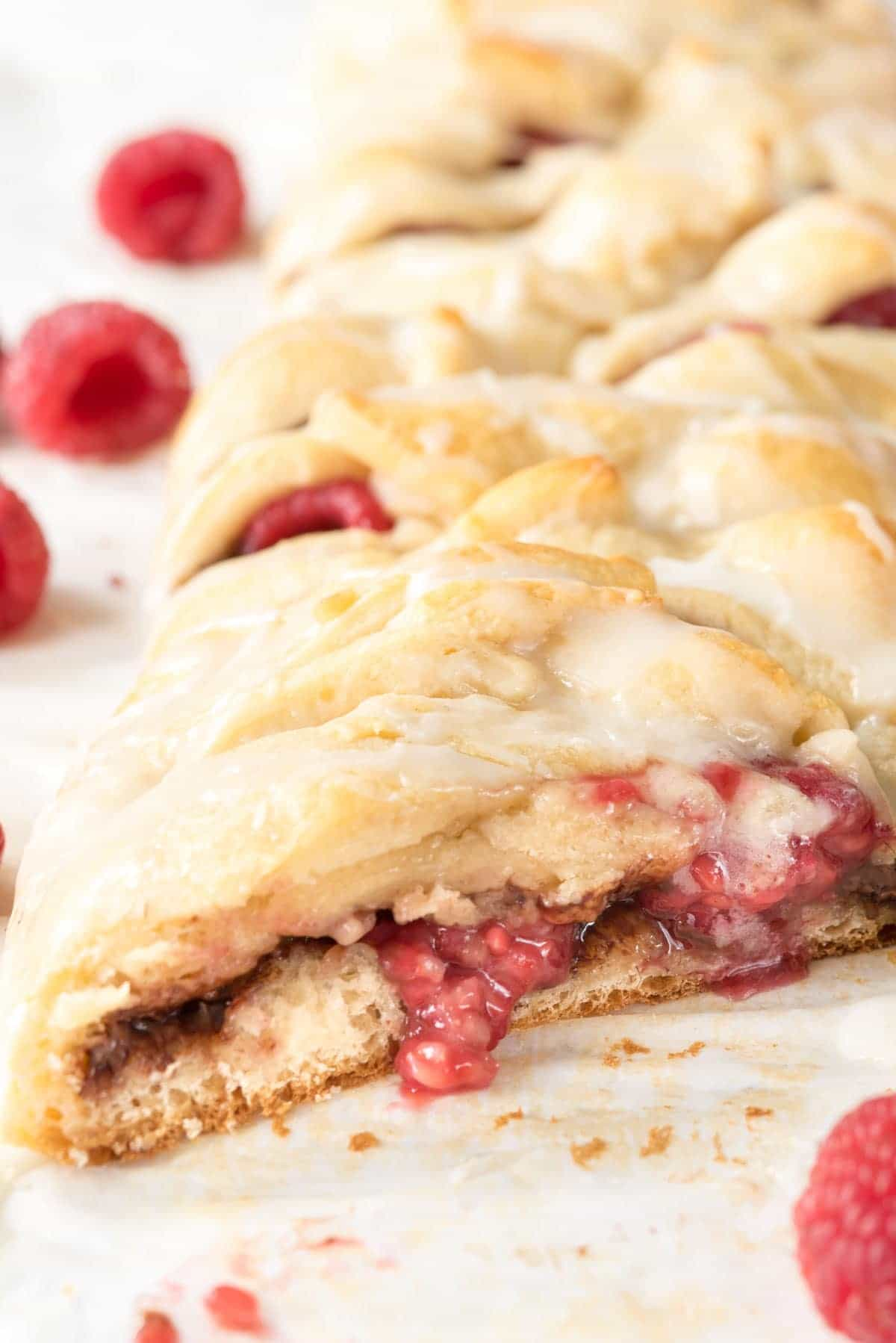 Easy Raspberry Nutella Danish Recipe - just 30 minutes to the best breakfast pastry! Full of Nutella and raspberries and it's so easy!