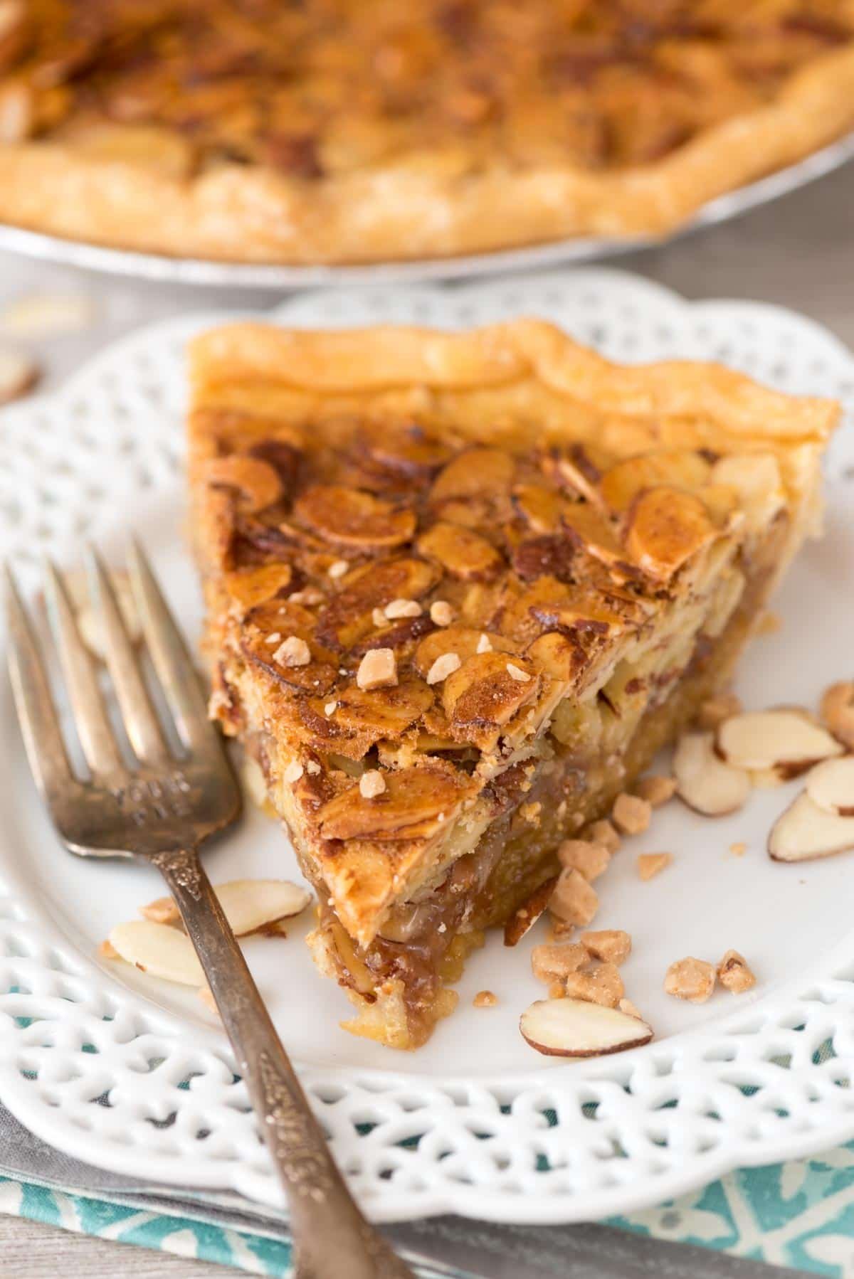 EASY Toffee Almond Pie - this pie recipe is like a pecan pie but with almonds and toffee instead!