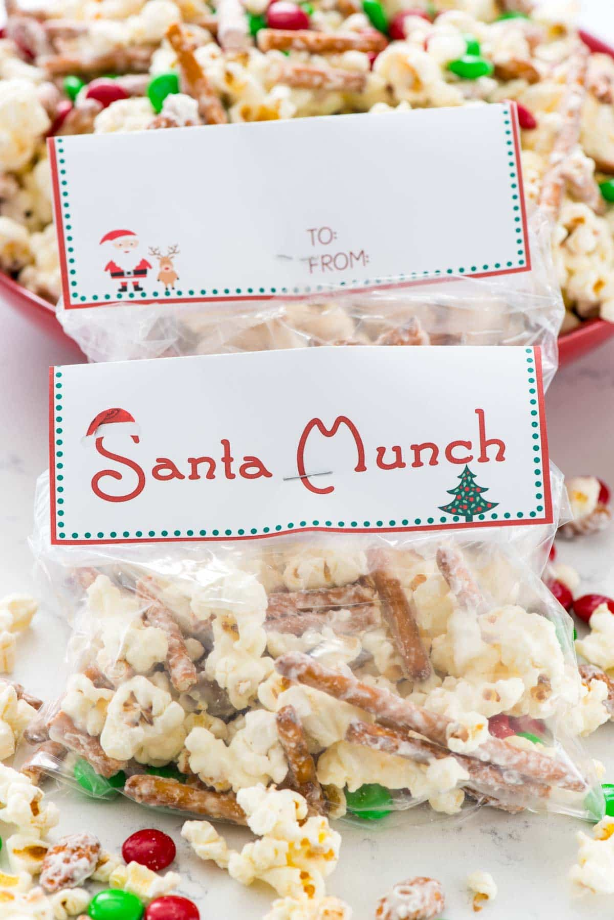 Santa Munch Popcorn Snack Mix - this easy 5 ingredient snack is great for parties or goody bags! Make them easy with the free printable tags.