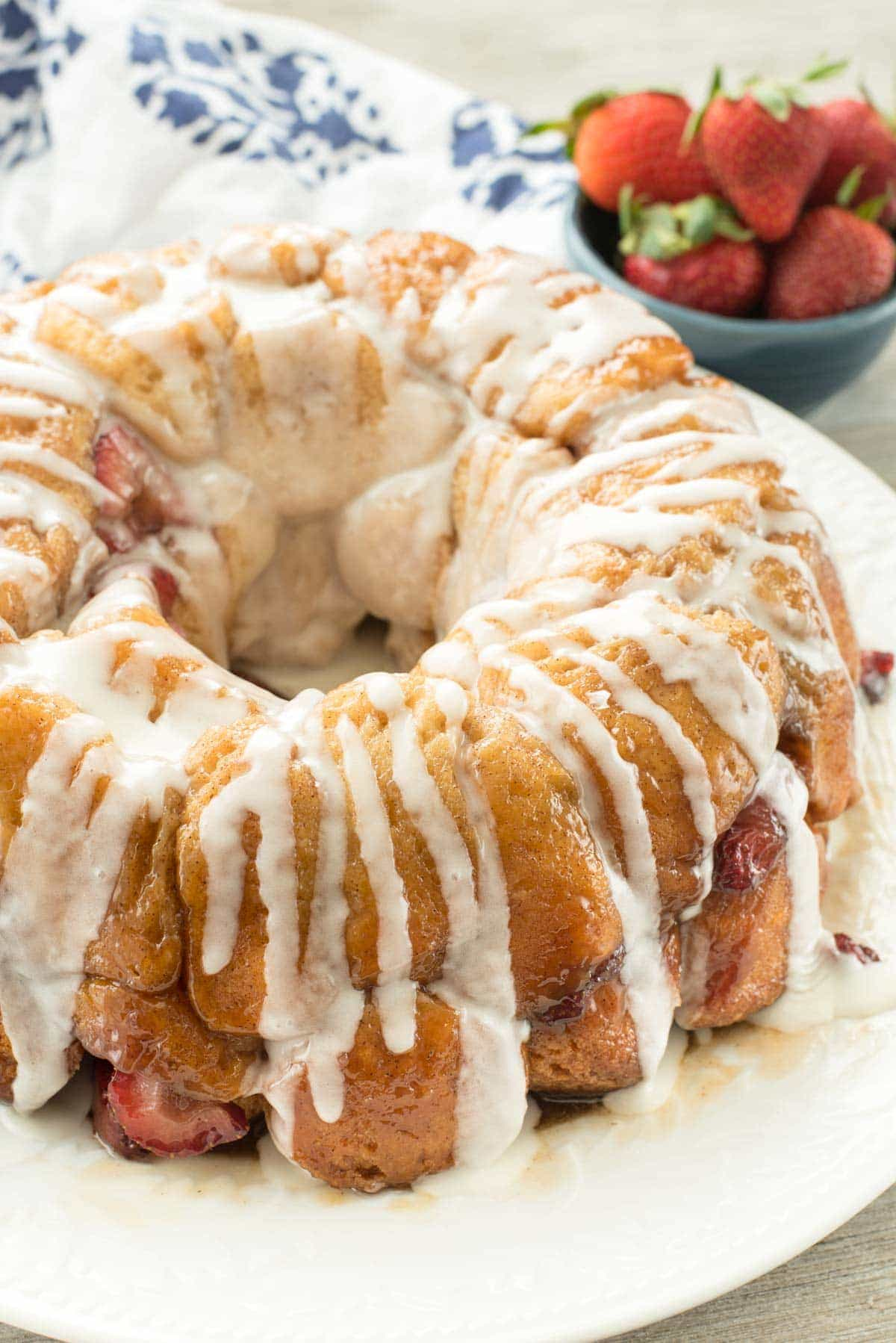 EASY Strawberry Monkey Bread with a sweet creamy glaze - this simple brunch recipe is classic monkey bread filled with fresh strawberries and a sweet glaze on top. We all loved it!