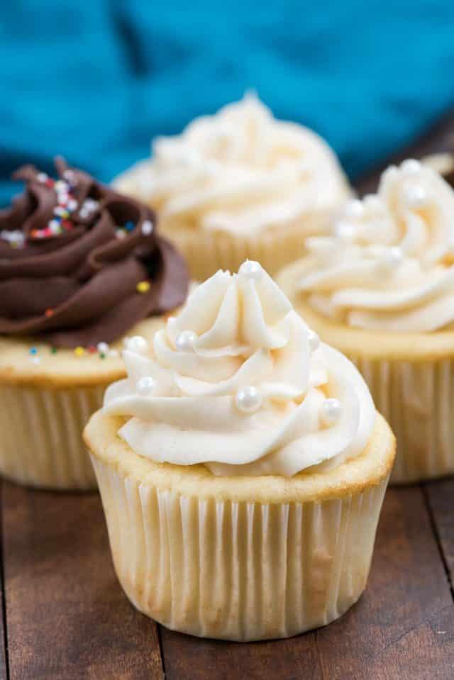 4 vanilla cupcakes