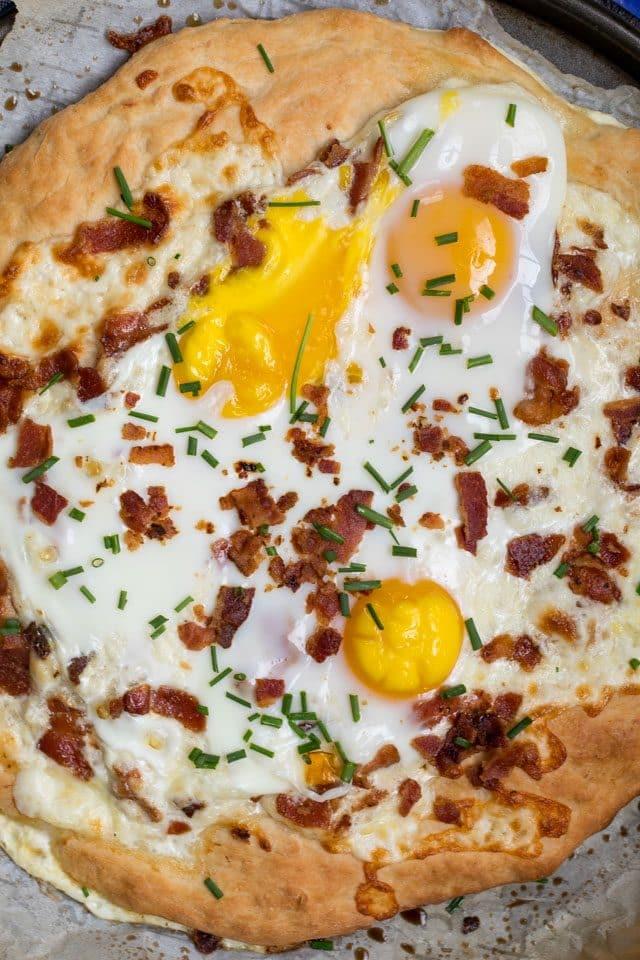 overhead shot breakfast pizza