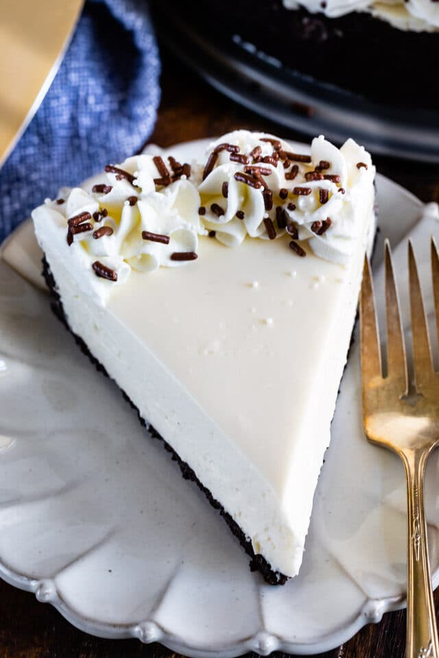 easy no bake cheesecake slice on plate