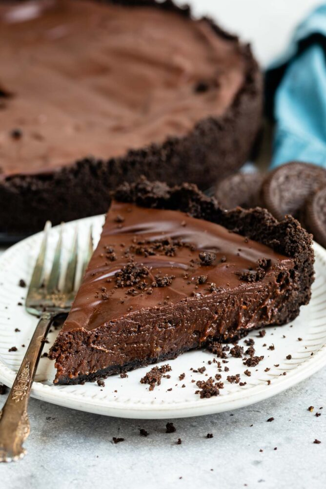 One slice of mississippi mud pie on a plate with fork